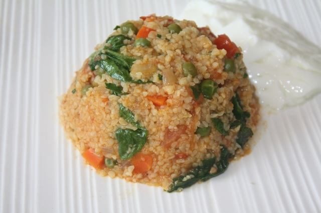 Bulgur upma with low-fat yoghurt